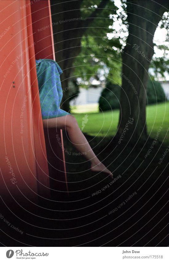 Frühsport Junge Frau Jugendliche Erwachsene Beine Fuß 1 Mensch Landschaft Baum Gras Sträucher Park elegant rot schwarz Begierde zierlich Umkleideraum Schwimmbad