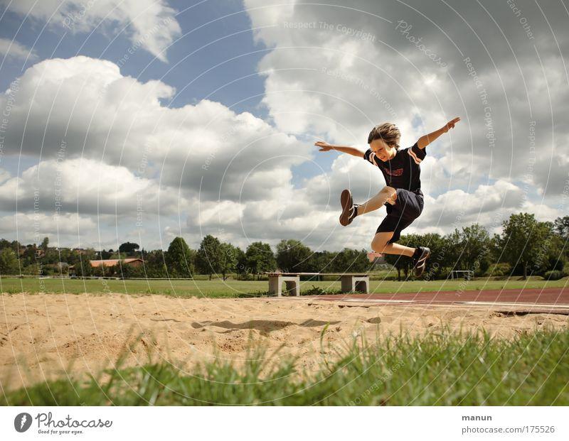 Weitsprung Freude Gesundheit Spielen Ferien & Urlaub & Reisen Sommer Sport Fitness Sport-Training Leichtathletik Schulsport Sandkasten Stadion maskulin Kind