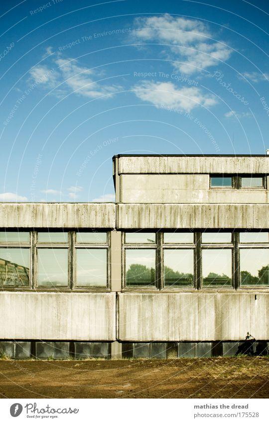 RICHTIG SCHÖNE AUSSICHTEN Farbfoto Außenaufnahme Menschenleer Tag Schatten Kontrast Sonnenlicht Himmel Wolken Industrieanlage Fabrik Ruine Mauer Wand Fassade