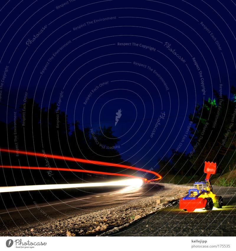 baulöwe Farbfoto mehrfarbig Außenaufnahme Experiment Nacht Licht Gegenlicht Langzeitbelichtung Bewegungsunschärfe Froschperspektive Kindererziehung