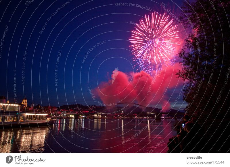 Donau in Flammen Farbfoto Außenaufnahme Textfreiraum links Dämmerung Nacht Licht Schatten Kontrast Silhouette Reflexion & Spiegelung Langzeitbelichtung