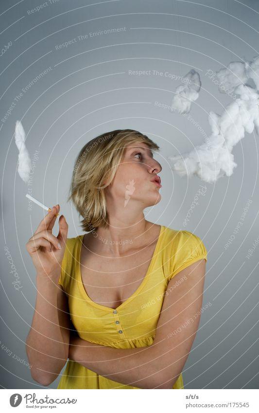 She likes to smoke Farbfoto mehrfarbig Innenaufnahme Studioaufnahme Textfreiraum oben Hintergrund neutral Kunstlicht Totale Porträt Oberkörper Vorderansicht