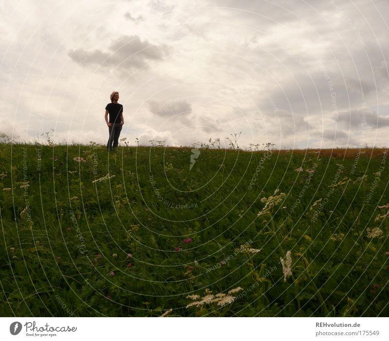 Keiner kann diesen Krieg allein gewinnen. Mensch Natur Jugendliche grün ruhig Einsamkeit Ferne Wiese Gras träumen Traurigkeit warten Erwachsene maskulin