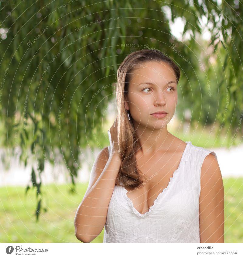 Schönheit Mensch Jugendliche schön Baum Gesicht Erwachsene Haare & Frisuren Mode elegant ästhetisch Bekleidung einzigartig 18-30 Jahre Kleid beobachten brünett