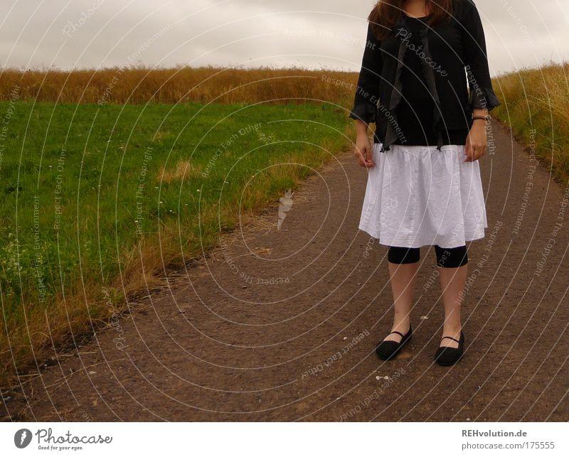 Wie kann man denn FAST kopflos sein? Mensch Jugendliche weiß ruhig schwarz Einsamkeit Straße Wiese feminin Traurigkeit Feld warten Erwachsene Trauer stehen
