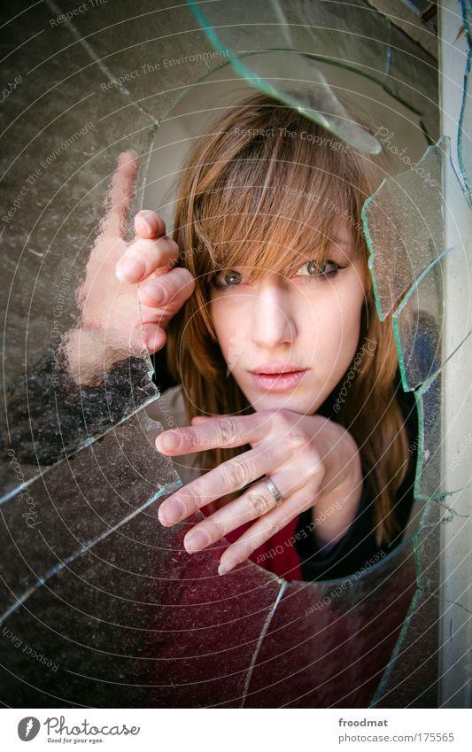 durchblick Frau Mensch Jugendliche Hand schön Erwachsene feminin Fenster Glas gefährlich Sicherheit Häusliches Leben Vergänglichkeit beobachten Loch Junge Frau