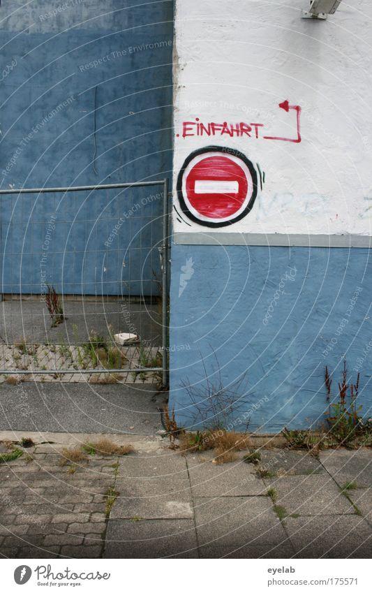 = Ausfahrt Haus Wand Graffiti Architektur Gras Gebäude Mauer dreckig Fassade Schilder & Markierungen Platz Verkehr kaputt Schriftzeichen trist