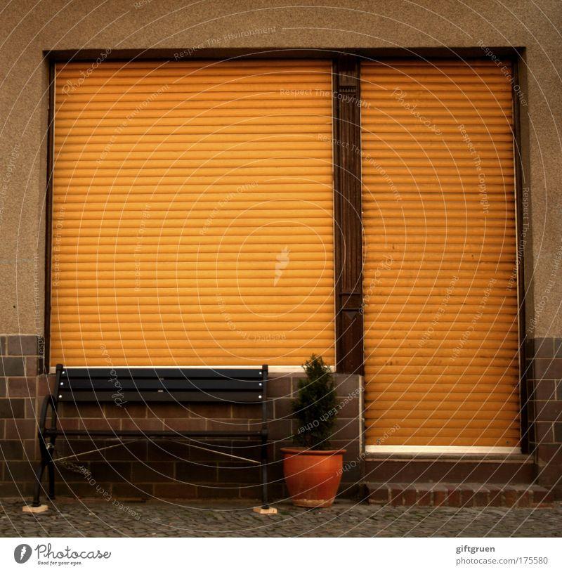 sorry, we're closed Haus Straße Fenster Arbeit & Erwerbstätigkeit Tür Fassade geschlossen warten trist Pause Bank Ladengeschäft Sitzgelegenheit Blumentopf Insolvenz Rollladen