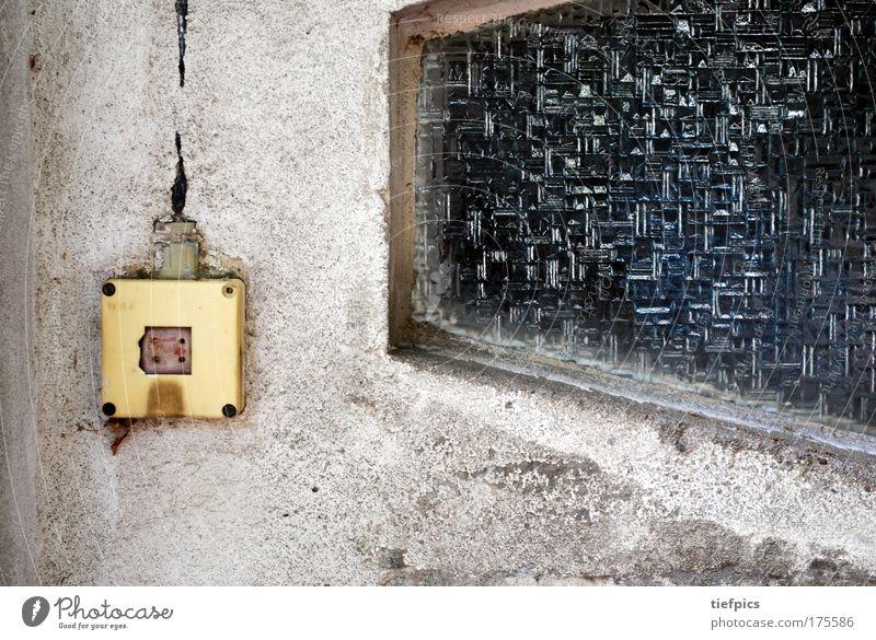 vorsicht strom Einsamkeit Wand Fenster grau Mauer dreckig Deutschland Armut Beton Fassade Elektrizität retro gefährlich trist Kabel kaputt