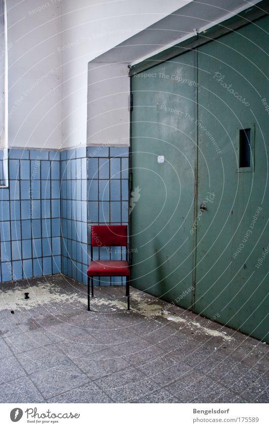 Warten Bauwerk Gebäude Fabrik Fabrikhalle Fahrstuhl fließen Fliesen u. Kacheln Stahlkonstruktion blau rot weiß Nostalgie Symmetrie Verfall Vergänglichkeit