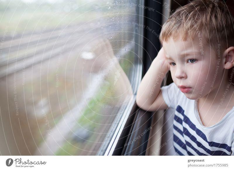 Junge schaut aus dem Fenster des Zuges Ferien & Urlaub & Reisen Ausflug Kind Mensch 1 1-3 Jahre Kleinkind Wetter Regen Verkehr Eisenbahn blond Tropfen