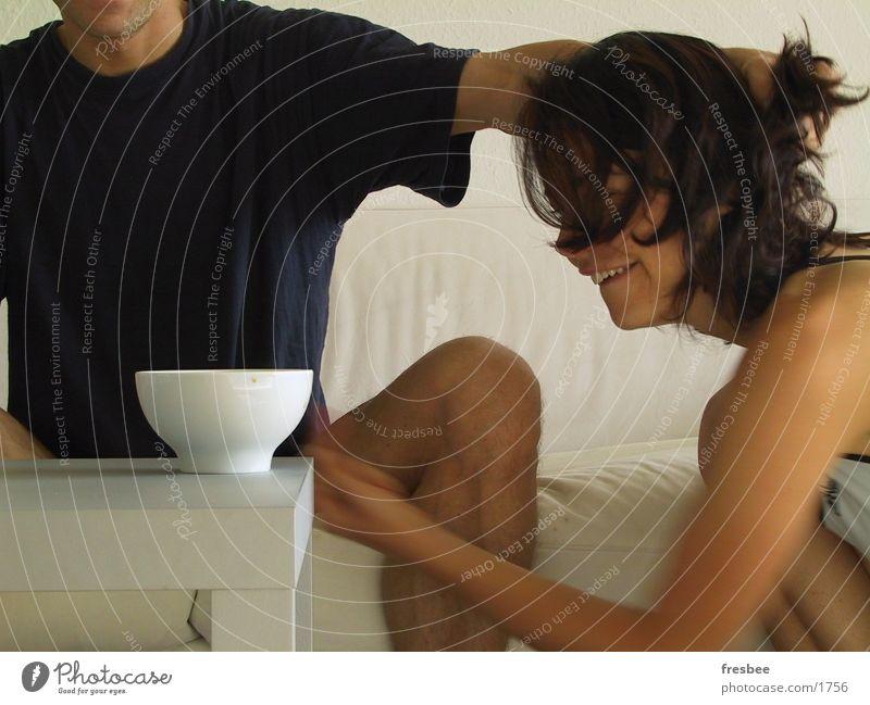 milchkaffee Mensch Freude Haare & Frisuren Freundschaft Beine Arme Tisch Kaffee Konflikt & Streit Tasse Haut Ernährung Lebensmittel Mahlzeit Nackte Haut