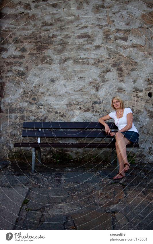 I Mensch Jugendliche schön Einsamkeit Erwachsene feminin Wand Haare & Frisuren Stil Mauer elegant sitzen Design ästhetisch Lifestyle Coolness