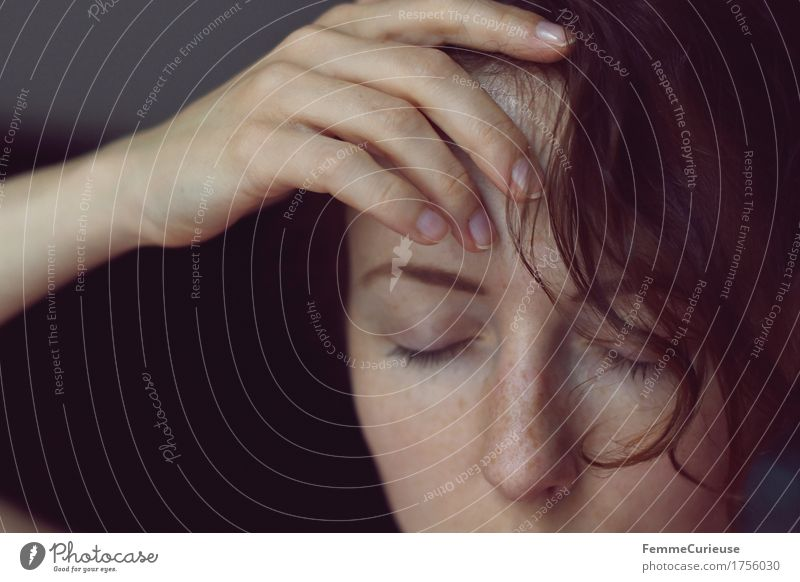 FotoID_1756030 Haare & Frisuren feminin Junge Frau Jugendliche Erwachsene Kopf Gesicht Hand Mensch 18-30 Jahre Stress Kopfschmerzen Hitzeschock Wärme berühren
