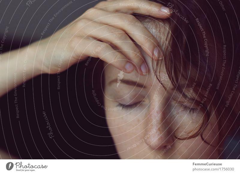FotoID_1756030 Mensch Frau Jugendliche Junge Frau Hand rot Erholung ruhig 18-30 Jahre Gesicht Erwachsene Wärme Traurigkeit natürlich feminin Kopf