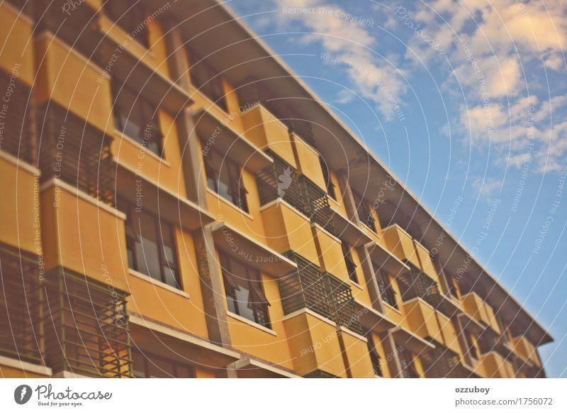 Wohnung Himmel Stadt blau Wolken Haus Fenster gelb Architektur Wand Hintergrundbild Lifestyle Stil Gebäude Mauer Design