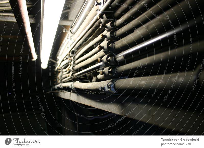 Alte Rohre im Neonlicht alt dunkel Elektrizität Technik & Technologie Rost Leitung Schacht Elektrisches Gerät