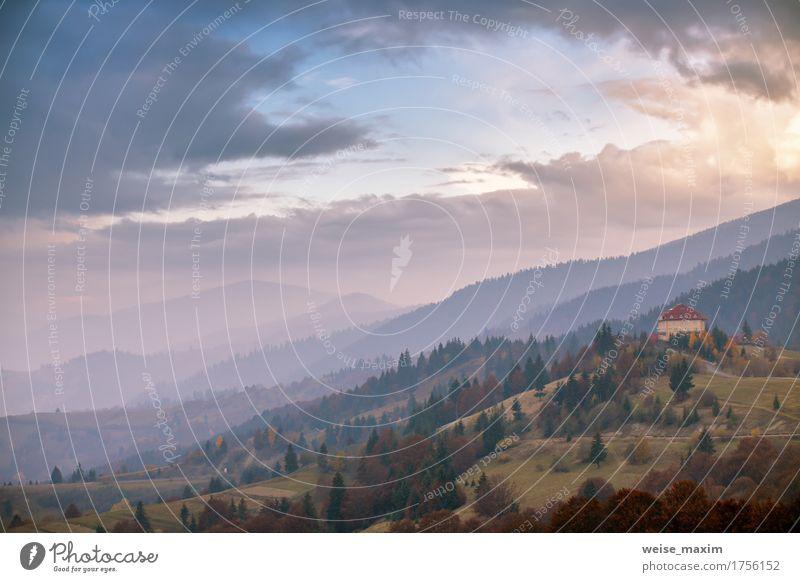 Nebeliger Morgen Novembers in den Bergen Himmel Natur Ferien & Urlaub & Reisen Pflanze blau Baum Landschaft rot Wolken Blatt Haus Wald Berge u. Gebirge Umwelt