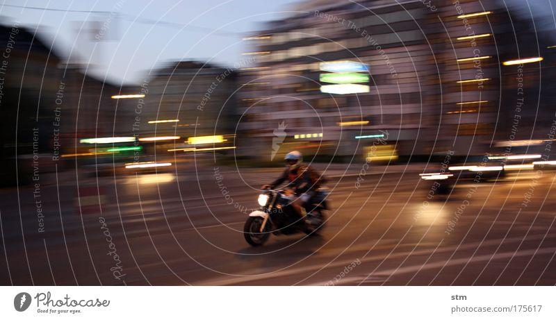 ... streetlife ... Farbfoto Außenaufnahme Abend Dämmerung Nacht Lichterscheinung Langzeitbelichtung Bewegungsunschärfe Lifestyle Motorrad Motorsport Stadt
