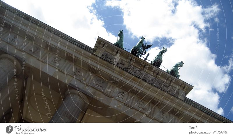 Untendrunter - mittendrin Himmel alt blau Wolken Wand Berlin Architektur Bewegung Gebäude Mauer hell Deutschland Fassade groß Perspektive