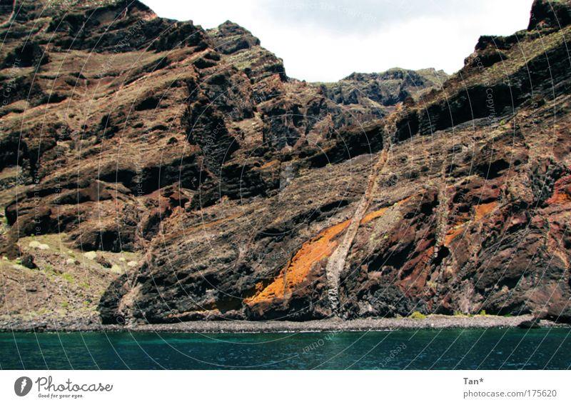 Bunte Riesen Farbfoto Außenaufnahme Menschenleer Natur Landschaft Erde Felsen Vulkan Küste Bucht Meer Stein Wasser alt bedrohlich fest gigantisch groß blau
