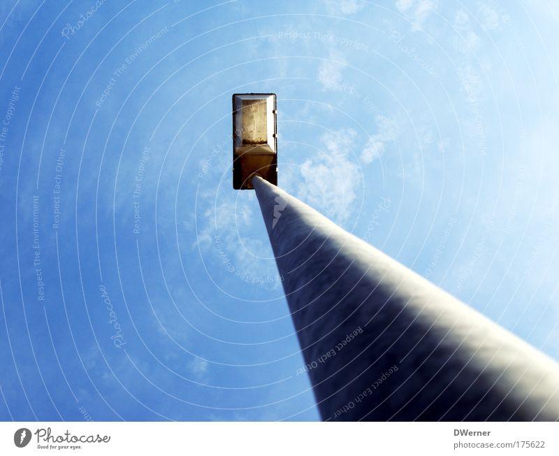 Himmelslicht Himmel Metall hoch Straßenbeleuchtung aufwärts Blauer Himmel standhaft Mittelpunkt Objektfotografie Laternenpfahl himmelwärts Fluchtlinie Vor hellem Hintergrund Blauer Hintergrund