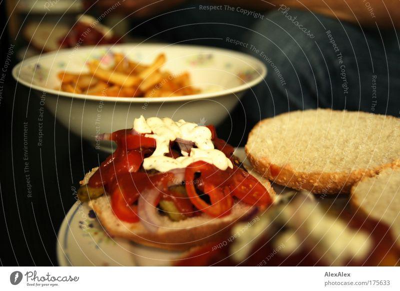 Lucullusbrötchen auf Oma's Porzellan weiß rot gelb Lebensmittel Ernährung genießen rund Gemüse lecker gut heiß Jeanshose Backwaren Teller Schalen & Schüsseln
