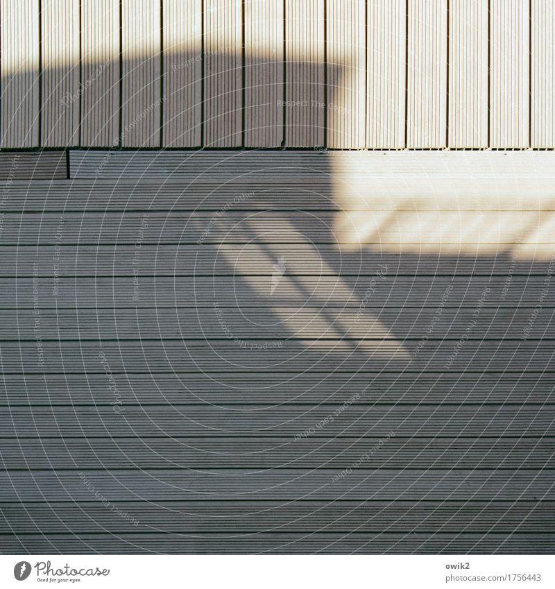 Grundstück Haus Mauer Wand Fenster Holz einfach fest unten Stadt ruhig Ordnungsliebe gleich Präzision Rätsel unklar Schatten Bodenbelag Holzbrett Holzfußboden