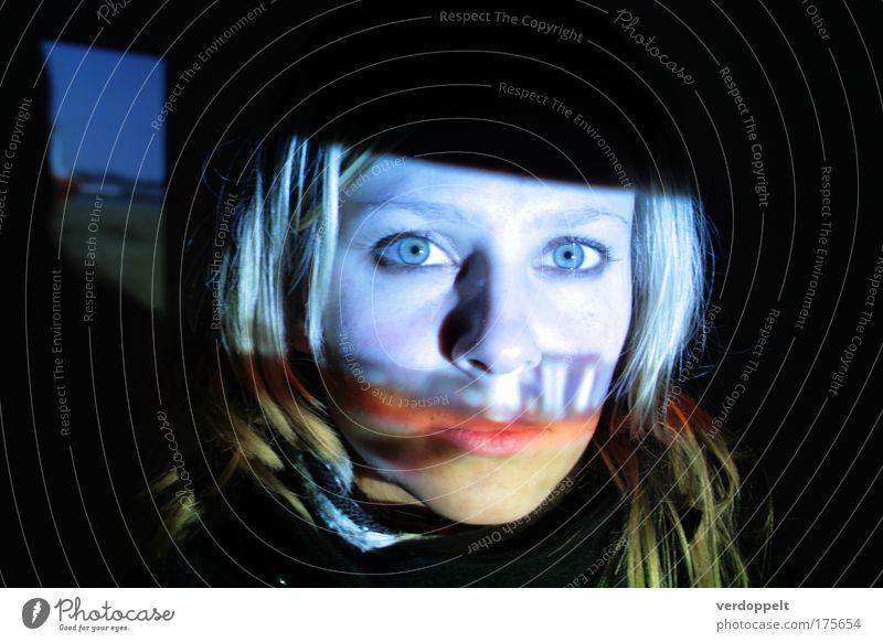 Mensch Jugendliche blau Gesicht dunkel feminin Denken Kunst Blick Filmindustrie beobachten fantastisch Medien Nacht leuchten