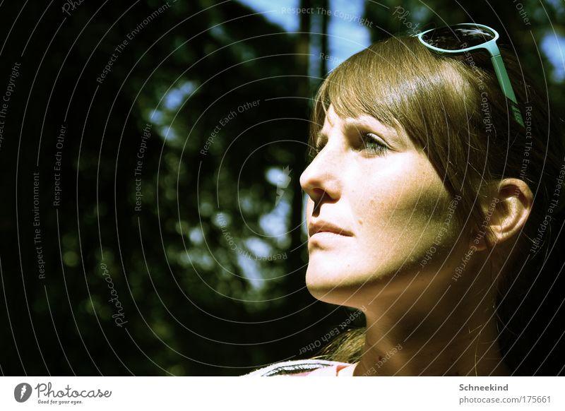 Ausblick Mensch Jugendliche schön Baum Erwachsene Gesicht Erholung feminin Haare & Frisuren Kopf Denken Junge Frau Mund Nase 18-30 Jahre beobachten