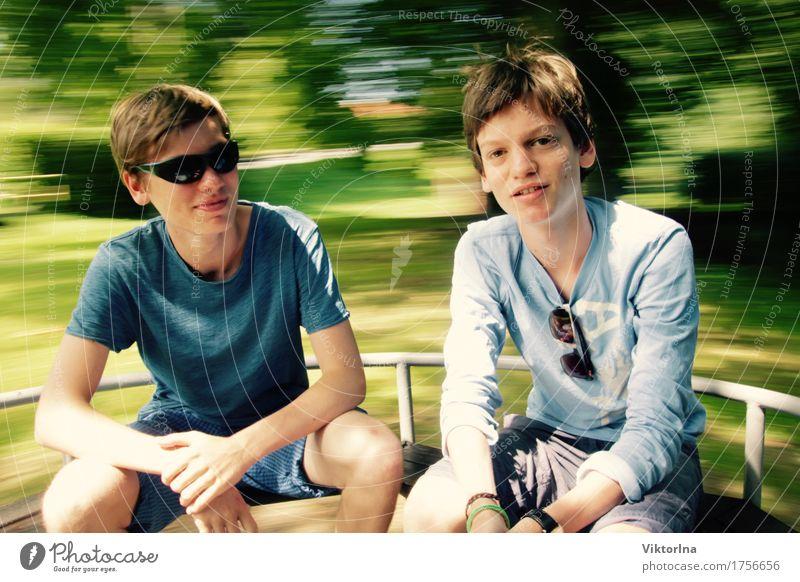 Teenagerkarussell Spielen Mensch Junger Mann Jugendliche Geschwister Bruder Freundschaft Leben 2 13-18 Jahre T-Shirt Sonnenbrille Blick Coolness Glück positiv