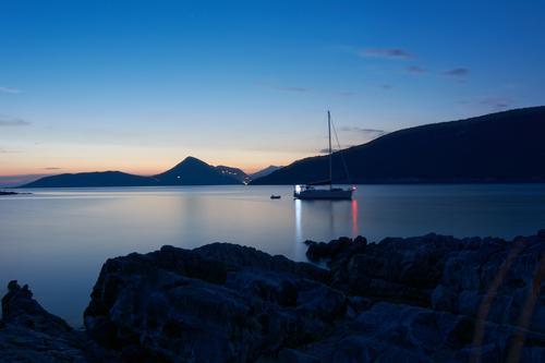 ankommen Himmel Natur blau Sommer Wasser Landschaft Meer Ferne Küste Felsen orange Wasserfahrzeug frei warten groß Schönes Wetter