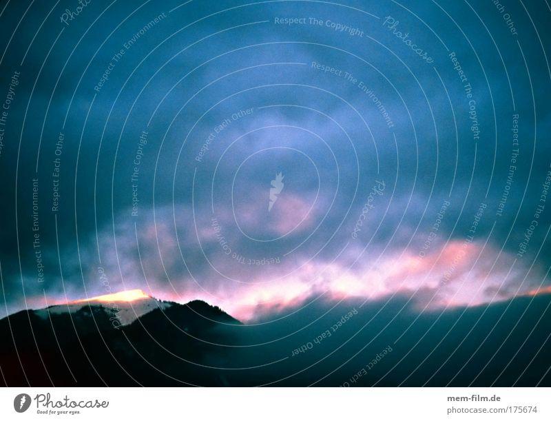 rosa watte blau alpenglühen Sonnenuntergang Kitsch Romantik Trauer Ende Wolken Wolkenformation Berge u. Gebirge Tourismus Dämmerung Neuanfang schöpfung