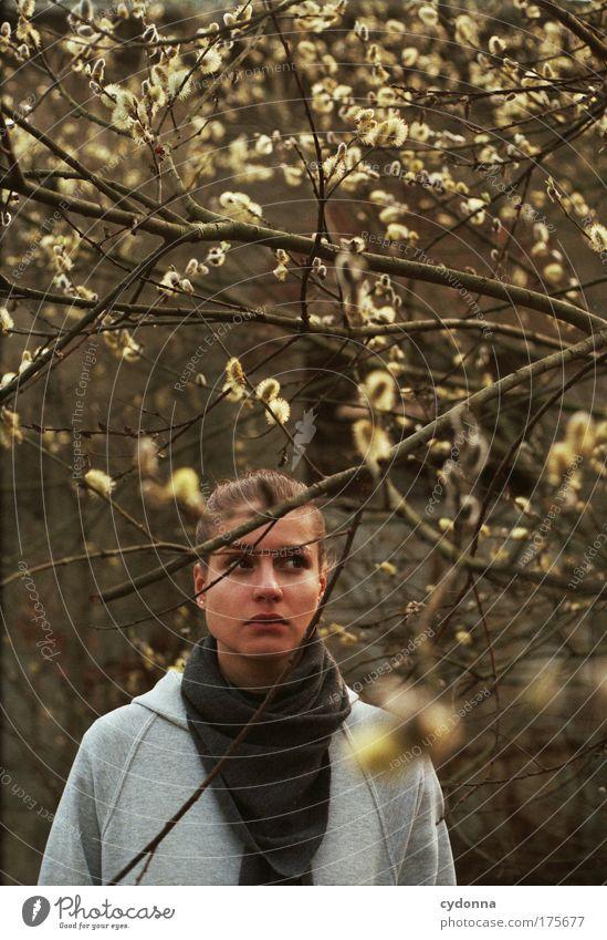 Erwartung Frau Mensch Natur Jugendliche schön Pflanze Blume Einsamkeit ruhig Gesicht Erwachsene Leben Umwelt Gefühle Freiheit Bewegung