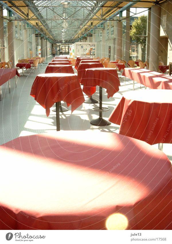 tische Tisch Restaurant rot Licht Sonnenstrahlen Architektur stehtische Raum Glas Reihe Flucht Tischwäsche