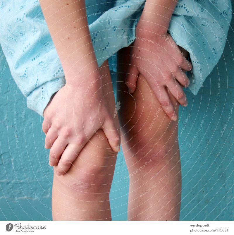 Jugendliche blau Hand Farbe feminin Beine Zufriedenheit Haut Kleid