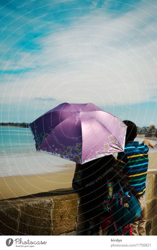 Aussichtsreich Lifestyle Stil Ferien & Urlaub & Reisen Tourismus Sommerurlaub Paar 2 Mensch Schönes Wetter Küste Strand Meer Mauer Wand Regenschirm Sonnenschirm