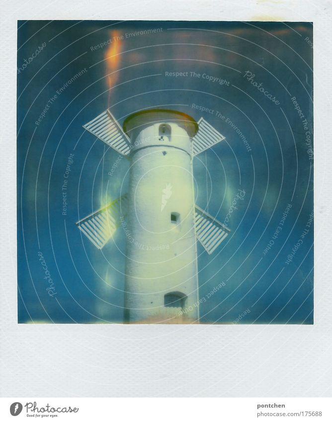 Eine weiße Windmühle vor strahlend blauem Himmel. Energiegewinnung. Nachhaltigkeit Beruf Handwerker Windkraftanlage Industrie Dorf Kleinstadt Hafenstadt Turm