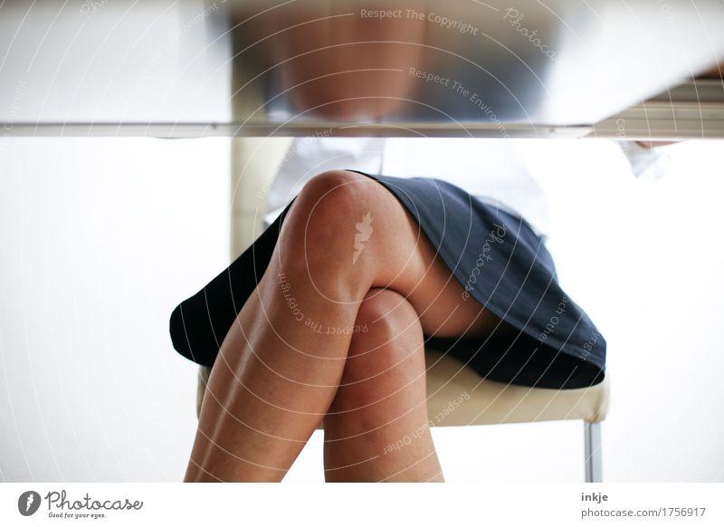 Das Diktat. Stil Erwachsenenbildung Arbeit & Erwerbstätigkeit Büroarbeit Business Sitzung Frau Leben Frauenbein Knie 1 Mensch Rock Tischplatte sitzen dünn