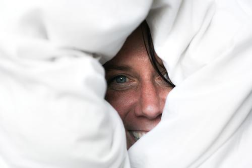 Eskimo Lifestyle Freude Freizeit & Hobby Frau Erwachsene Leben Gesicht 1 Mensch 30-45 Jahre Bettdecke Bettwäsche Lächeln lachen Blick Fröhlichkeit kuschlig
