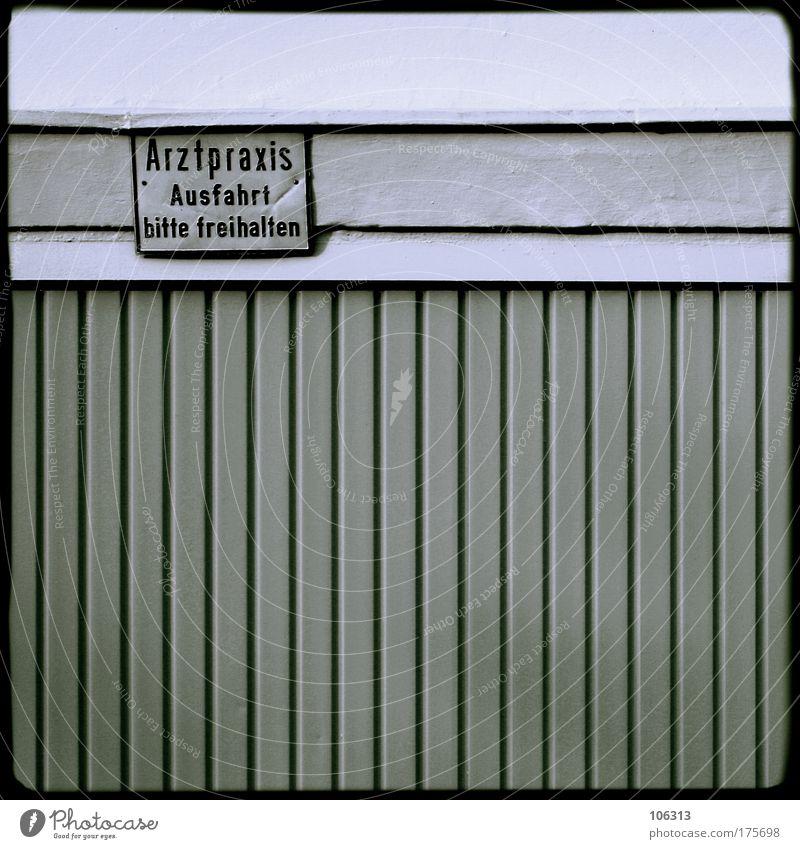 Fotonummer 131134 Haus Schilder & Markierungen Arzt Tor Hinweisschild Garage Wahrheit Ausfahrt Praxis auffordern