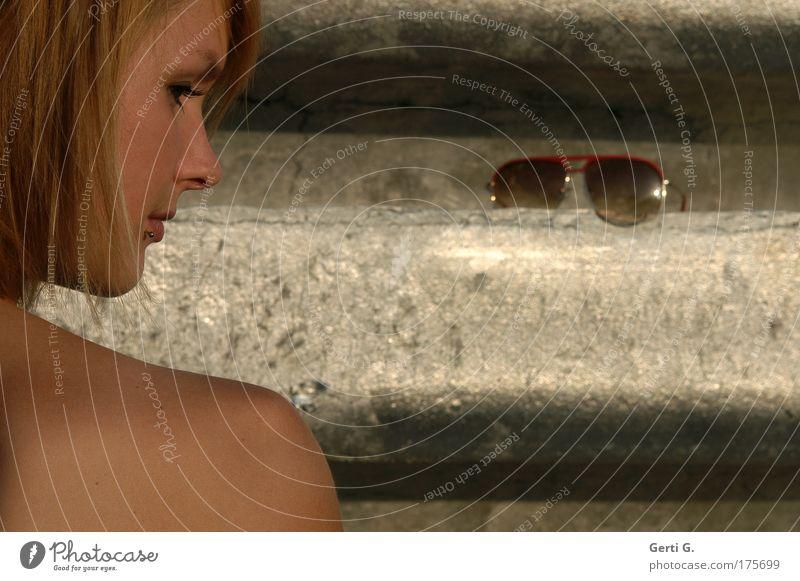 ausgezogen Frau Mensch Jugendliche schön Gesicht Erwachsene feminin Kopf Haare & Frisuren Denken träumen blond Rücken Mund elegant Haut