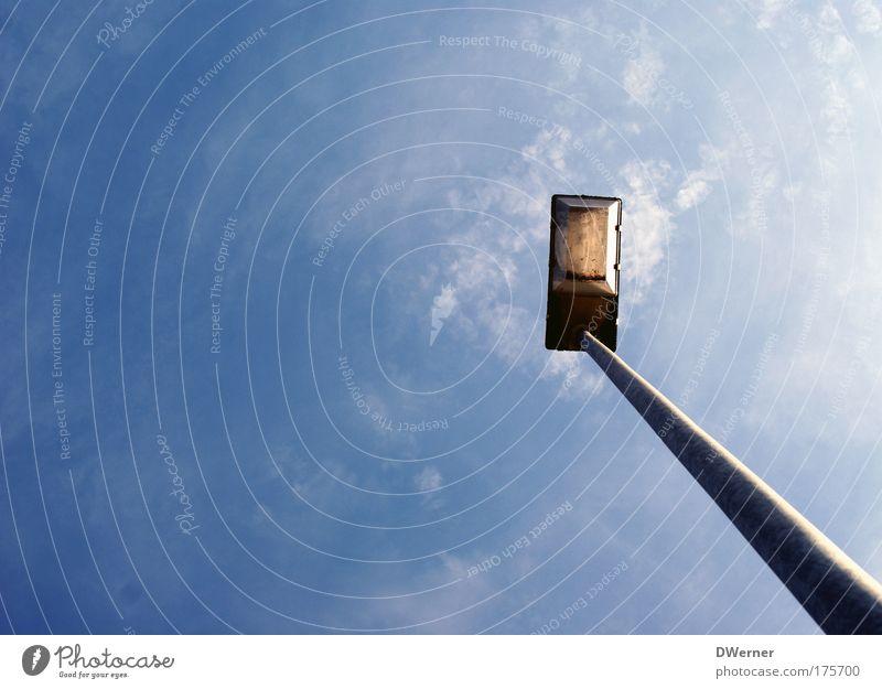 Himmelslicht II Himmel Metall Lampe Beleuchtung hoch leuchten Straßenbeleuchtung Neigung aufwärts Blauer Himmel minimalistisch Laternenpfahl himmelwärts Fluchtpunkt Fluchtlinie Vor hellem Hintergrund