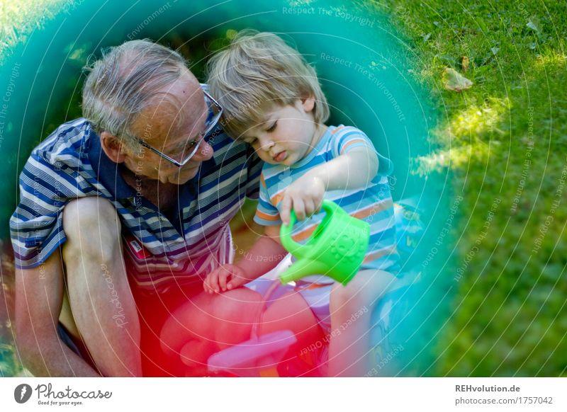 fleißig sein Spielen Ferien & Urlaub & Reisen Garten Spiegel Mensch Kind Kleinkind Junge Großvater Familie & Verwandtschaft Kindheit Senior 2 1-3 Jahre Sommer