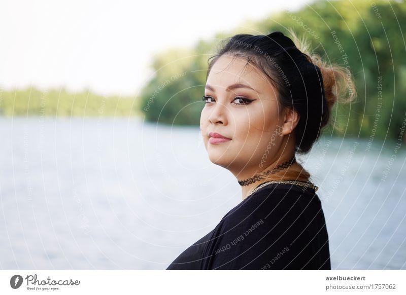 junge asiatische Frau am See Lifestyle Freizeit & Hobby Ferien & Urlaub & Reisen Mensch feminin Junge Frau Jugendliche Erwachsene 1 18-30 Jahre Natur Küste