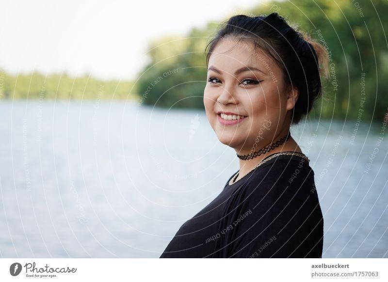 Mensch Frau Natur Jugendliche Junge Frau Landschaft Freude 18-30 Jahre Erwachsene Lifestyle feminin lachen See Textfreiraum Freizeit & Hobby Fröhlichkeit