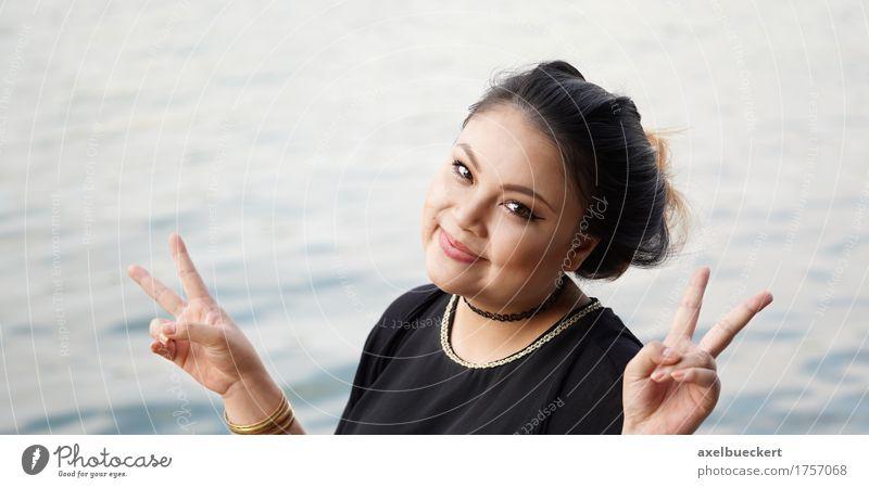junge asiatische Frau, die V-Handzeichen macht Mensch Jugendliche Junge Frau Wasser Freude 18-30 Jahre Erwachsene lustig Lifestyle feminin See Freizeit & Hobby