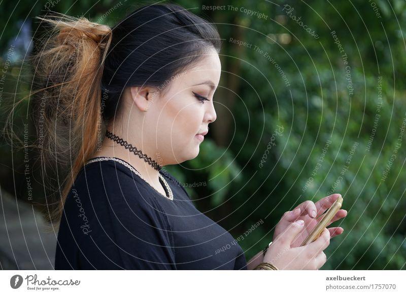 junge asiatische Frau, die mit Smartphone simst Mensch Natur Jugendliche Junge Frau 18-30 Jahre Erwachsene Lifestyle feminin Textfreiraum Freizeit & Hobby