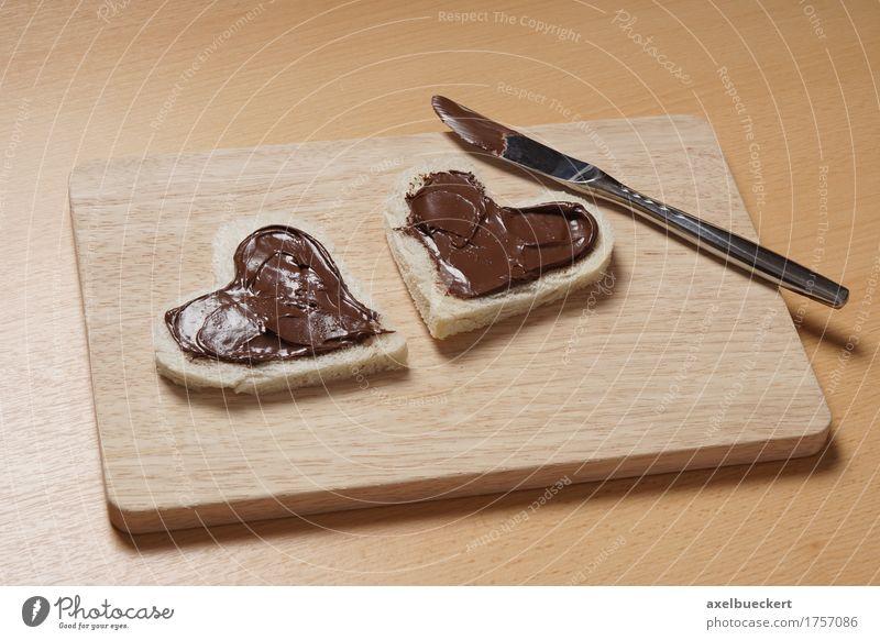 herzförmige Toastscheiben mit Schokoladenaufstrich Lebensmittel Brot Frühstück Messer Valentinstag Muttertag Geburtstag Holz Herz Liebe lecker niedlich