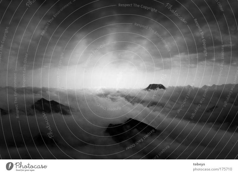 playing god Himmel Himmel (Jenseits) Einsamkeit Wolken ruhig Ferne dunkel Berge u. Gebirge Felsen Horizont Freizeit & Hobby Nebel hoch Gipfel Klettern Glaube